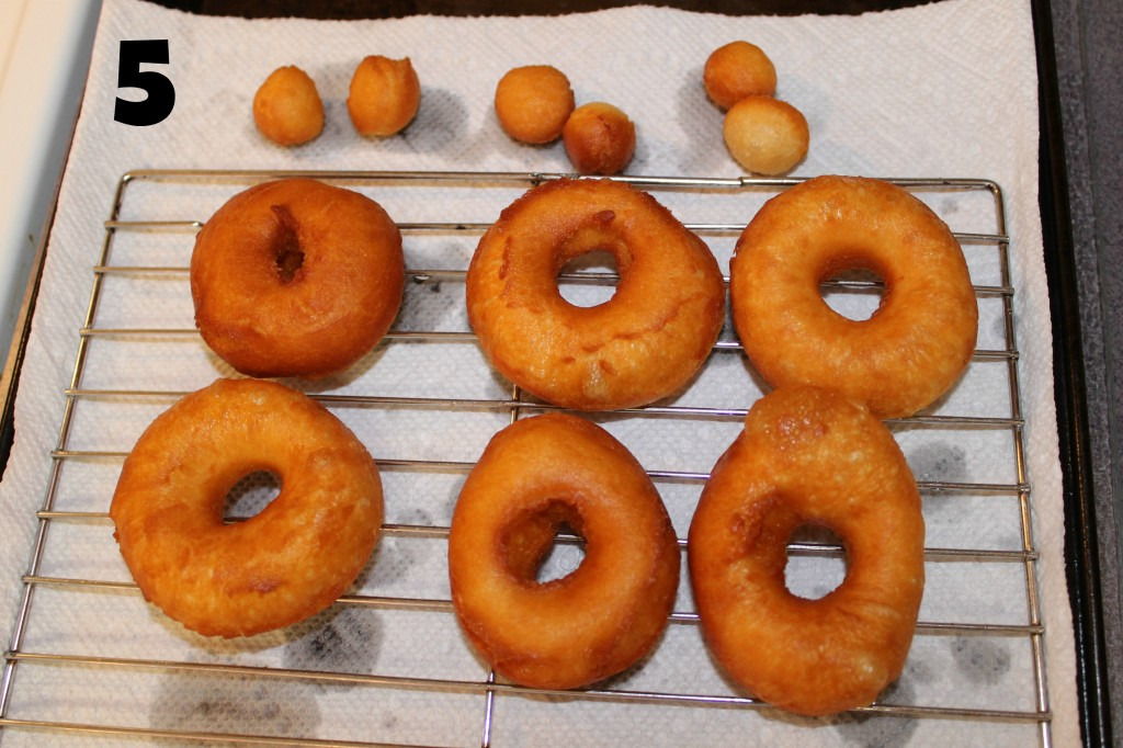 Drain the biscuit donuts on paper toweling. How to make Biscuit Doughnuts. Quick and easy dessert. Cheap dessert. #biscuitdonuts #dessert #kitchenhack