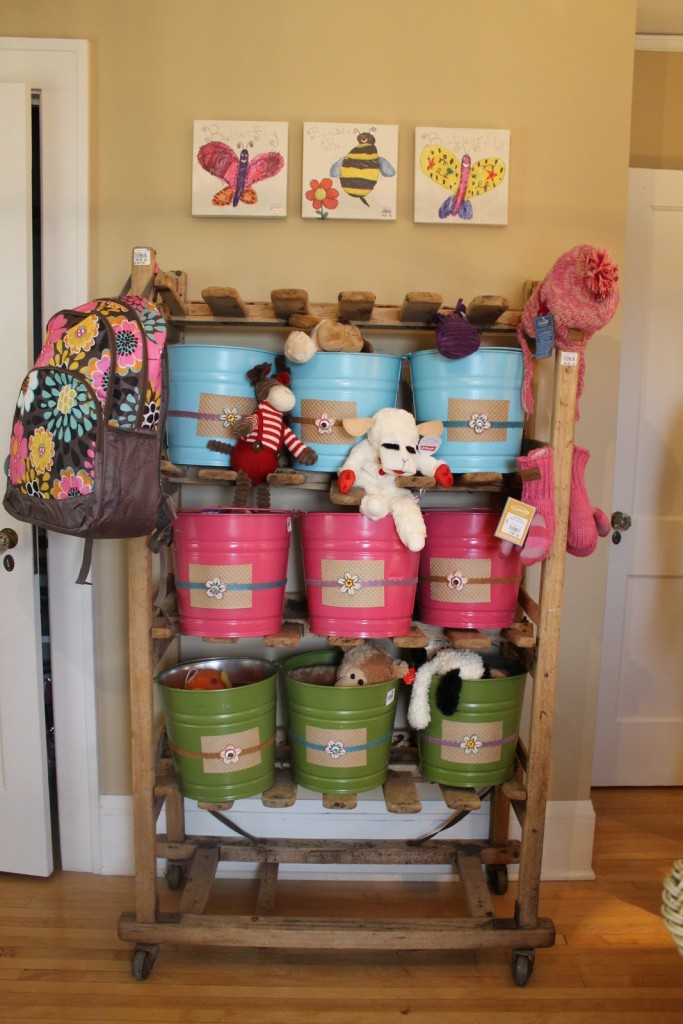 How To Make A Storage Rack Using Popcorn tins. 8 Clever Ways to Upcycle Popcorn Tins. Don't toss that Popcorn tin from Christmas. Make something fun with it! #upcycle #popcorntin