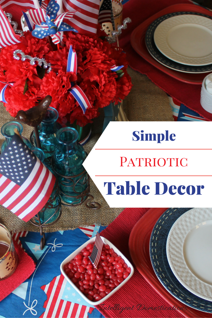 Simple Patriotic Table Decor for the 4th of July. Red White and Blue Tablescape Ideas #tabledecor #4thofJuly