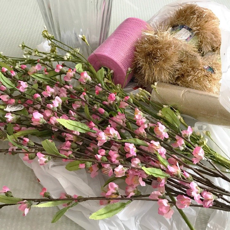 How to make a floral centerpiece in a clear vase. Pink floral centerpiece in a clear vase. Pink and Gold centerpiece in a clear vase. Supplies for DIY Pink floral centerpiece. #diycenterpiece #pinkfloral
