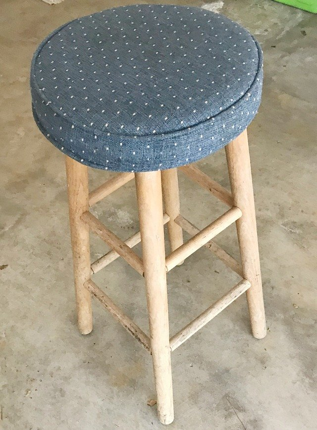 How to turn a bar stool into a side table. Easy wood DIY project using few tools. A Mandela stencil on top add beauty to this easy DIY Furniture project. #diy #woodproject #furnituremakeover #livingroom #diyfurniture #diyhomedecor #diynightstand