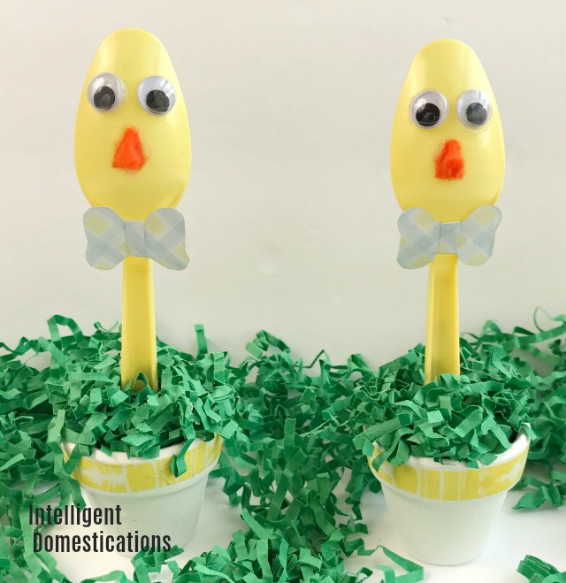 How to make these adorable Plastic Spoon Easter Chicks for your table decor. This is a quick and easy Dollar Store Easter craft you can do with the kids. #Easter #Eastercrafts #Placesetting #plasticspooncraft
